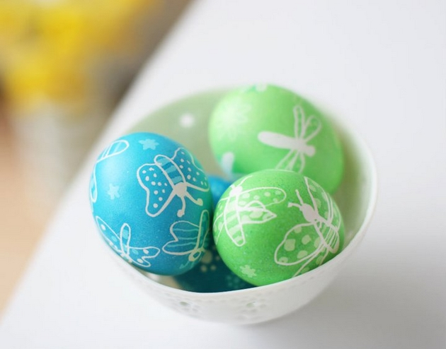 easter egg decorating ideas dyeing blue green wax butterflies