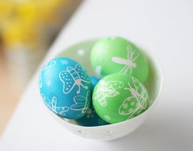 easter egg decorating ideas dyeing blue green wax butterflies