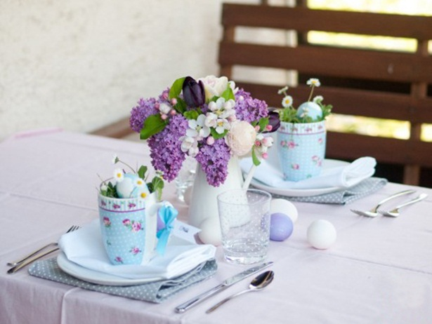 easter table setting ideas lilac jug tulips dyed eggs decor