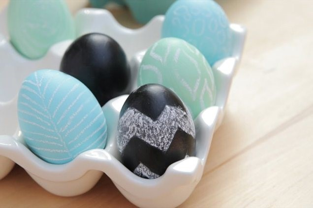 decorate-easter-eggs-chalcboard-paint-black-blue