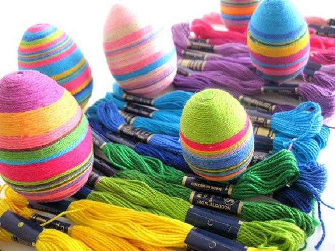 decorate-easter-eggs-colorful-yarn-stripes