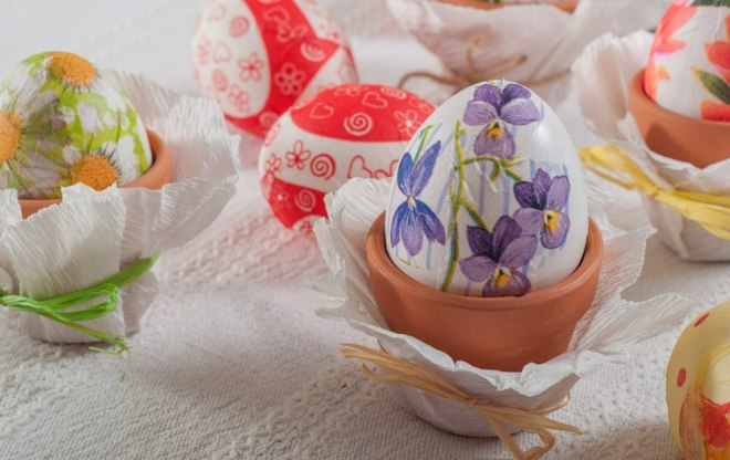 decorate Easter eggs decoupage-technique