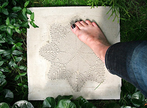 diy concrete stepping stones lace pattern garden decor