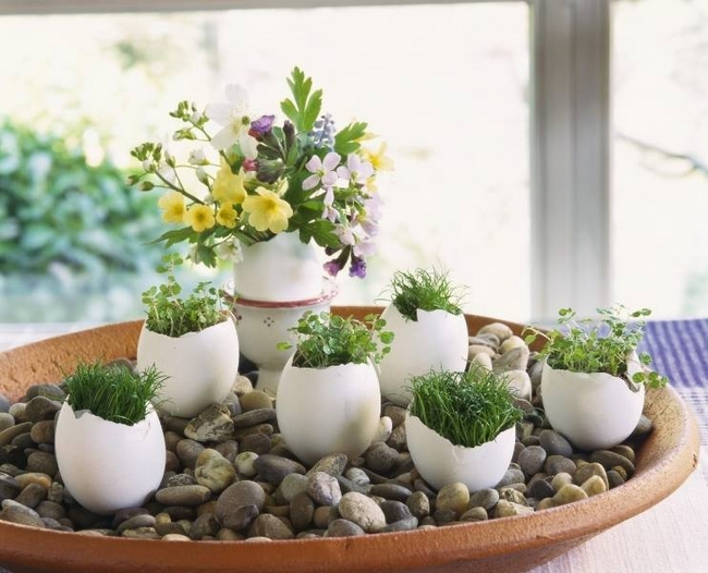 diy spring easter home decorating ideas egg shell vases pebbles flowers cress grass