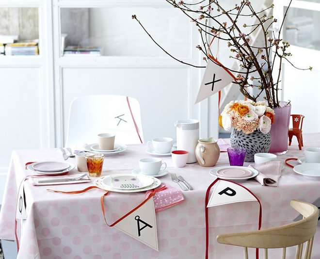 DIY spring table decorations rose-colors-ranunculus-branches-vase