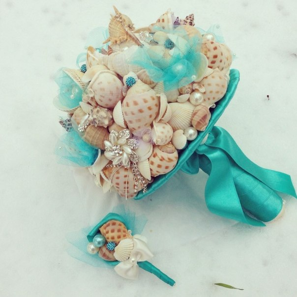 beach wedding bouquet ideas seashells pearls jewels turquoise