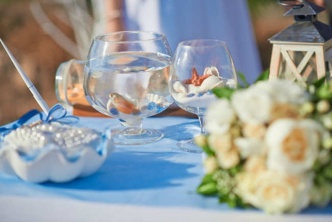beach wedding decor ideas -glass-bowl-goldfish-table-decor