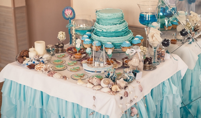beach wedding decor ideas reception-open-bar-cupcakes-favors