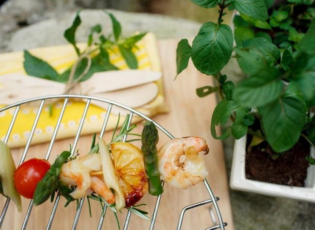 grilled skewers summer picnic ideas shrimps asparagus
