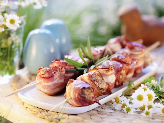 summer-picnic-ideas-party-food-recipes-meatballs-bacon-skewer