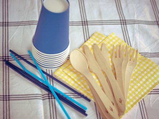 summer picnic ideas cups straws wood cutlery