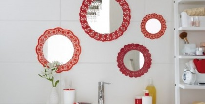 diy-bathroom-decor-on-budget-wall-mirrors-idea-red-doilies-frames-vert