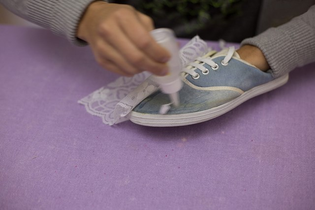 Diy Shoes Makeover Idea Decorate Old Sneakers With Lace