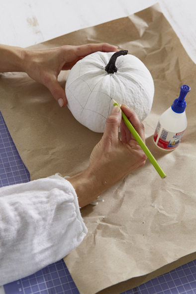 handmade-halloween-pumpkin-decorations-white-paint-draw-spider-web