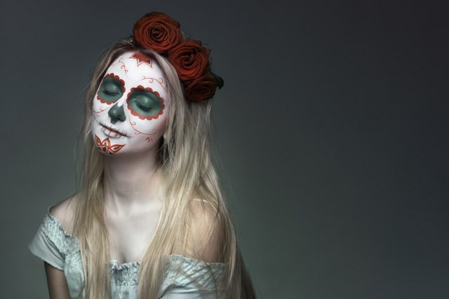 feminine halloween art ideas sugar skull makeup mexican tradition roses wreath