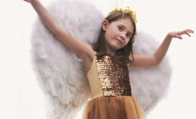 diy-halloween-costumes-girl-angel-wings-feathers