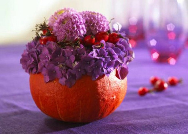 fall-decorating-ideas-pumpkin-vase-flower-arrangement-purple-hydrangea-rosehips-dahlias