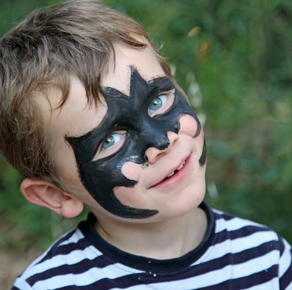 halloween-face-makeup-idea-kids-party-boy-batman-mask