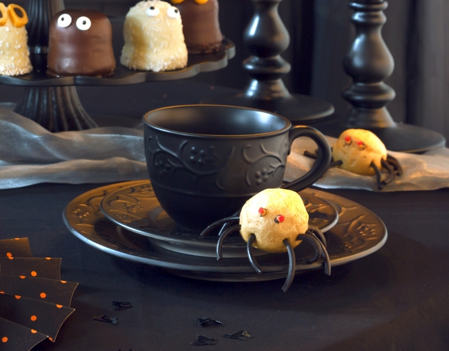 homemade-halloween-decorations-tableware-black-spray-scary-touch