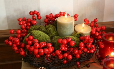christmas-table-centerpiece-faux-berries-moss-pillar-candles