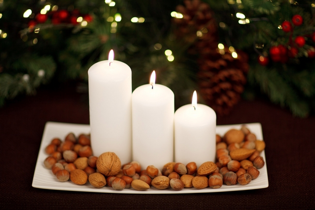 christmas-table-centerpiece-pillar-candles-nuts