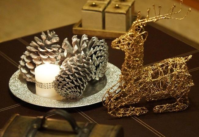 christmas-table-centerpiece-silver-pinecones-pillar-candle