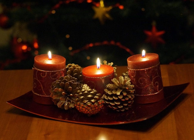 diy christmas candle centerpiece red-pillar-candles-gold-sprayed-pinecones