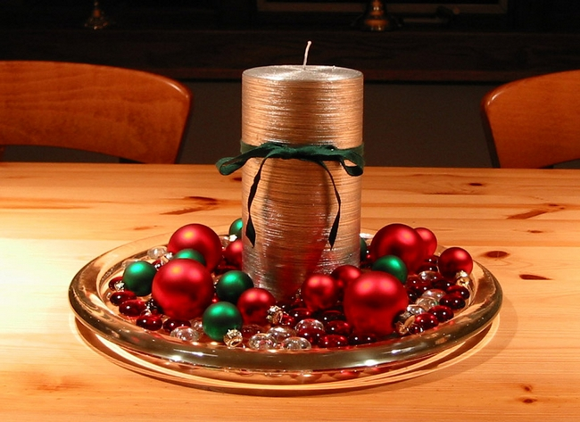 diy christmas candle centerpieces table-silver-pillar-candle-red-green-tree-ornaments