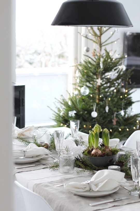 christmas table setting ideas scandinavian style natural fabrics bulb flowers moss and pine cones decoration