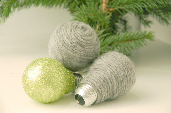 diy-christmas-ornaments-light-bulbs-yarn-glitter
