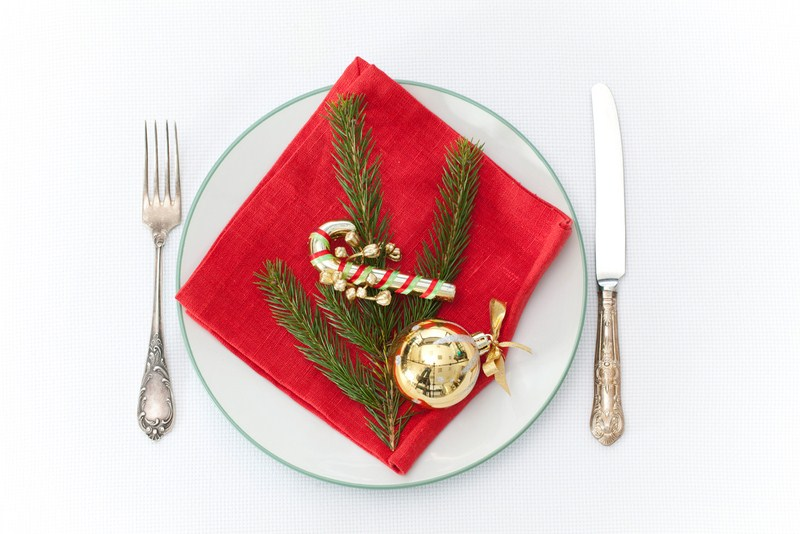 4 Festive DIY Christmas Table Settings For Easy Decorating