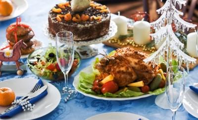 diy-christmas-table-settings-white-plates-original-jingle-bells-garland