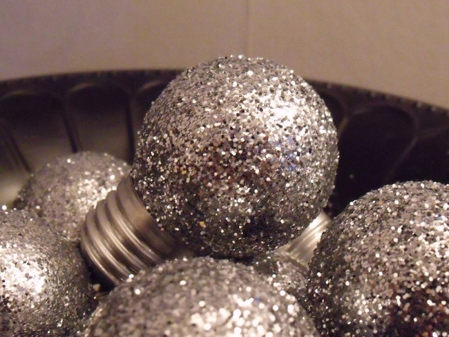diy-christmas-tree-ornaments-light-bulbs-silver-glitter