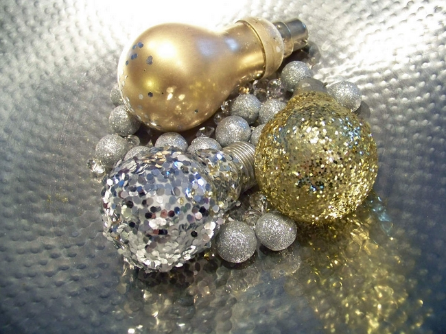 easy diy christmas tree ornaments upcycled-light-bulbs-glitter