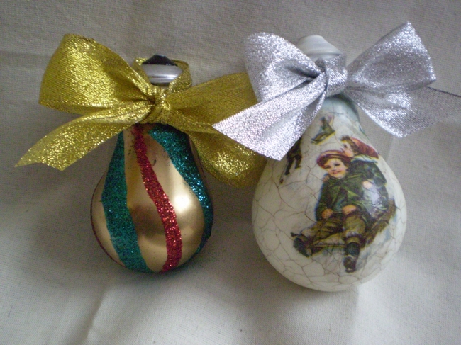 light-bulbs-tree-ornaments-decoupage-glitter-ribbons