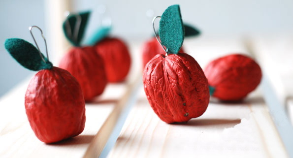 christmas crafts for kids diy panted walnuts red apples motive easy holiday decorating idea