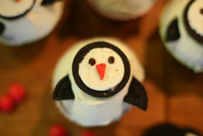christmas-penguin-cupcakes-oreo-cookies-decor