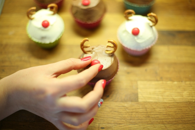 christmas-reindeer-cupcake-decorations-pretzels