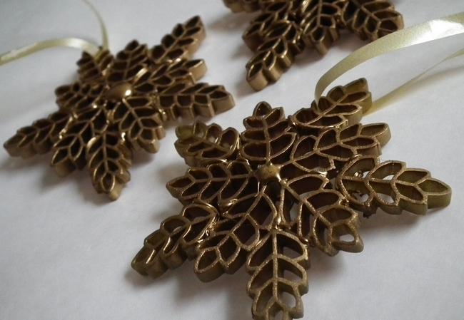 diy-christmas-tree-ornaments-snowflakes-gold-sprayed
