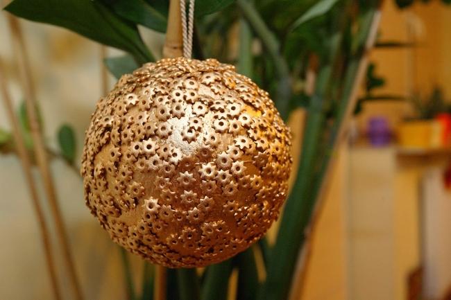 homemade-christmas-decorations-ball-ornament-snowflakes