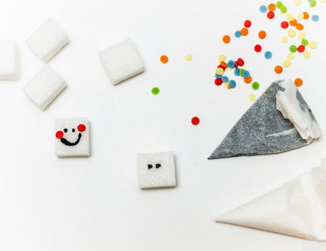 sugar cubes decorated like smiley faces diy Valentine's day gift ideas