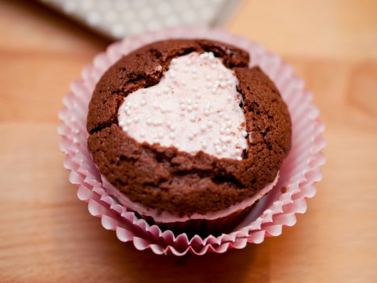 valentines-day-gift-ideas-chocolate-muffins-heart-cream