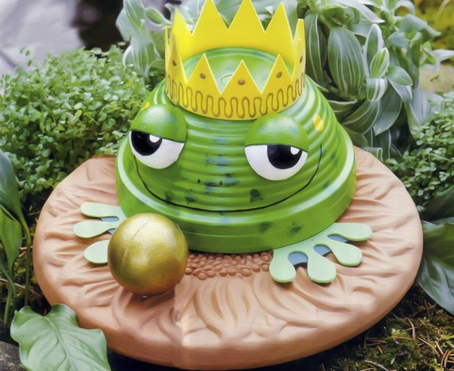 Clay flower pot crafts painting-ideas-garden-decor-frog-prince
