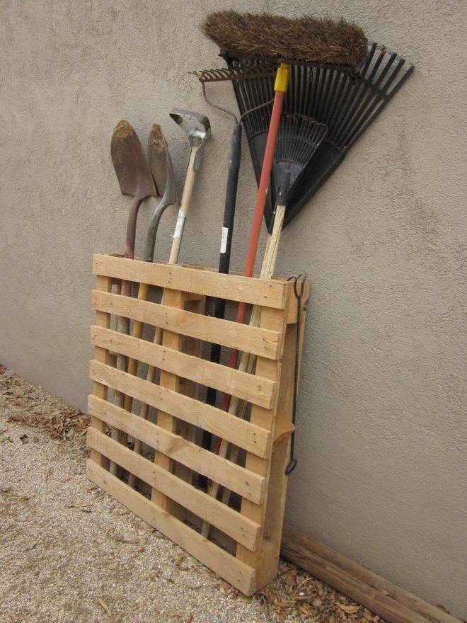 Diy pallet furniture ideas 40 projects that you haven 39 t seen for Diy garden tool storage