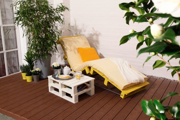 diy-pallet-furniture-ideas-patio-sun-lounger-side-table