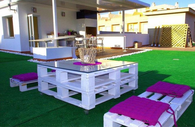 diy-pallet-furniture-ideas-patio-white-painted-pink-seating-cushions