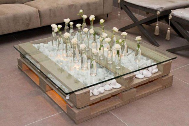 diy-pallet-furniture-ideas-table-white-decorative-pebbles-roses