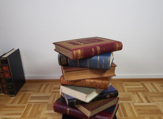 diy-side-table-project-pile-old-books-base
