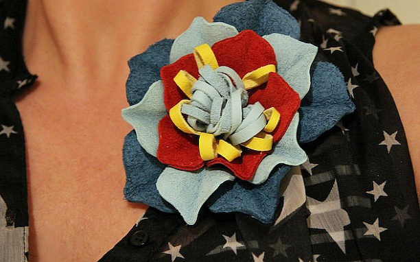diy-summer-ideas-outfit-accessories-leather-flower-brooch