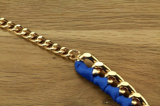 diy-gold-necklace-large-chain-blue-ribbon